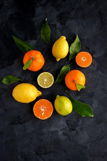 Sinaasappelen, mandarijnen en citroenen van bovenaf gezien Premium Foto