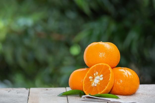 Sinaasappelenfruit met bladeren Gratis Foto