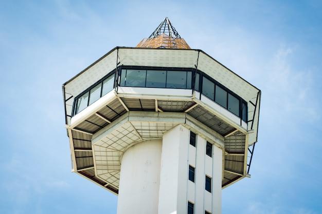 Sisaket toren op blauwe hemelachtergrond Premium Foto
