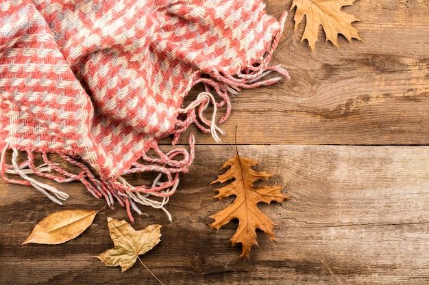 Sjaal op houten achtergrondexemplaarruimte Gratis Foto