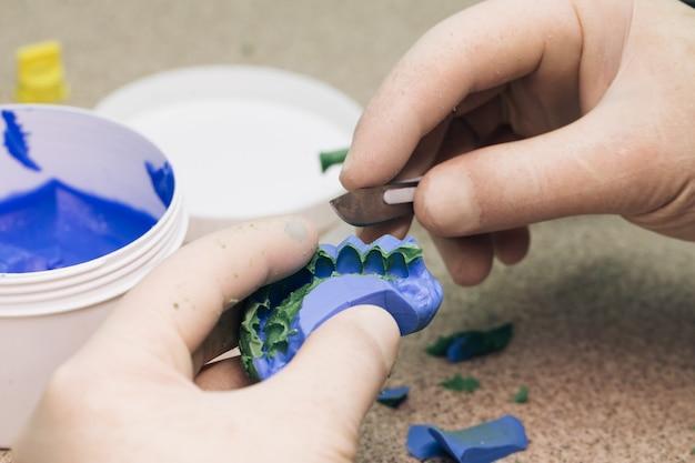 Sjabloon maken voor tijdelijk fineer met a-siliconen. tandarts werk in moderne tandheelkundige kliniek. tandtechnicus maken van gebit in een tandtechnisch laboratorium Premium Foto