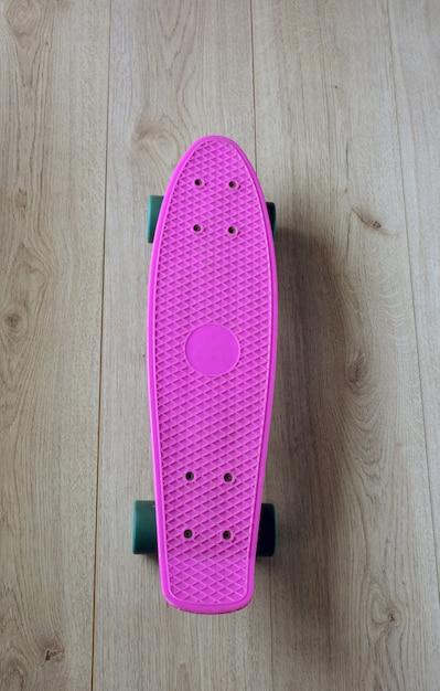Skateboard met tas, sneakers en mobiele telefoon Premium Foto