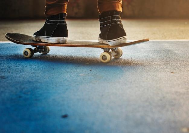 Skateboarden practice freestyle extreme sports concept Premium Foto