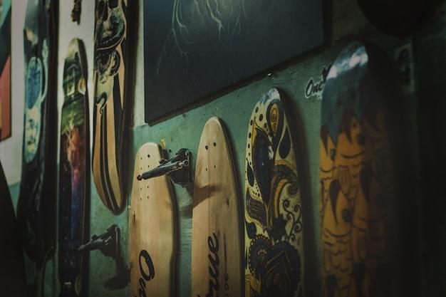 Skateboards in verschillende kleuren voor aan de muur Gratis Foto