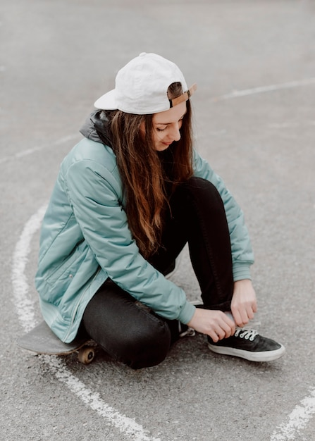 Skater meisje in de hoge stedelijke weergave Gratis Foto