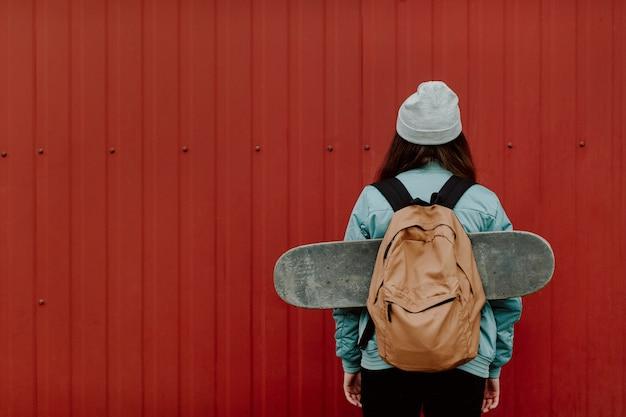 Skater meisje in de stad van achter kopie ruimte Gratis Foto