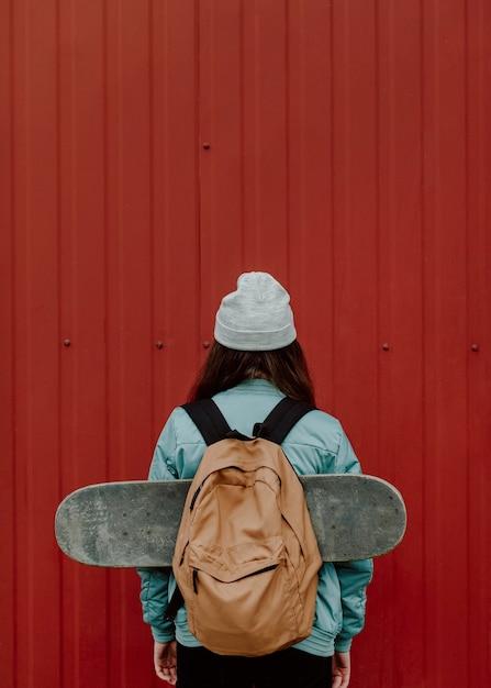 Skater meisje in de stad vanaf de achterkant geschoten kopie ruimte Gratis Foto