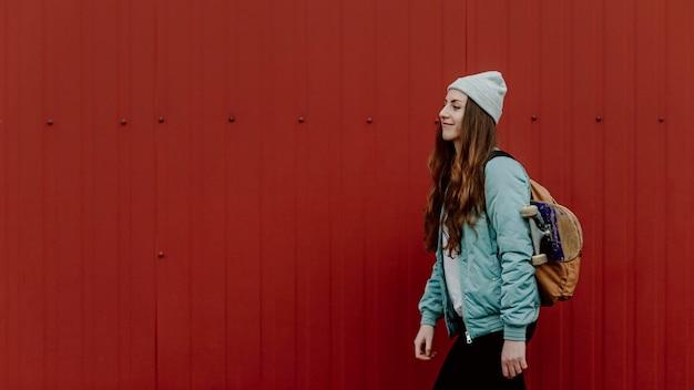 Skater meisje in de stedelijke zijwaartse kopie ruimte Gratis Foto