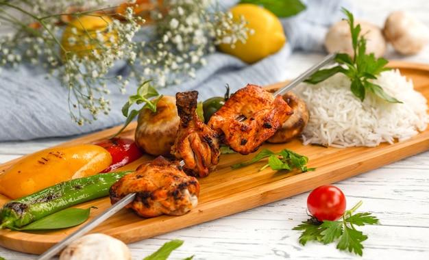 Skewered kip kebab met rijst en groenten Gratis Foto