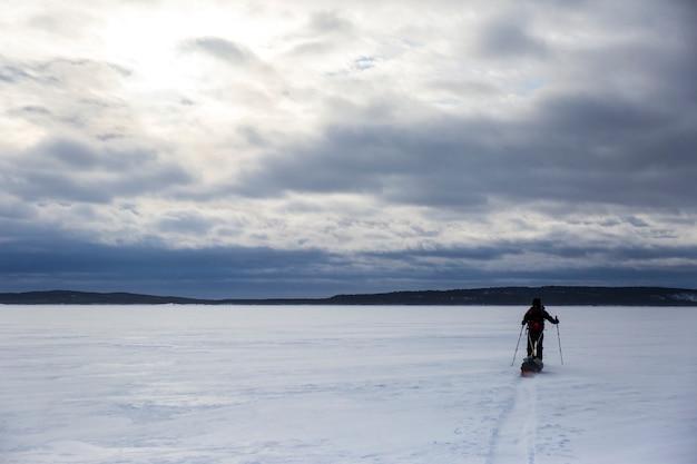 Ski-expeditie in inari lake Premium Foto