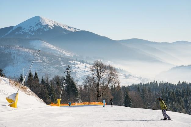 Skiër bovenop de skipiste Premium Foto