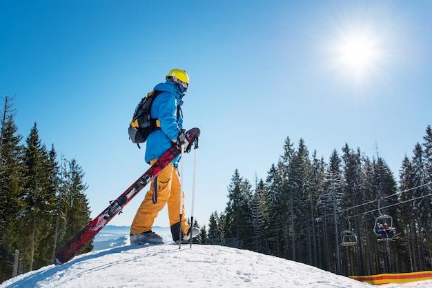 Skiër in de bergen Premium Foto