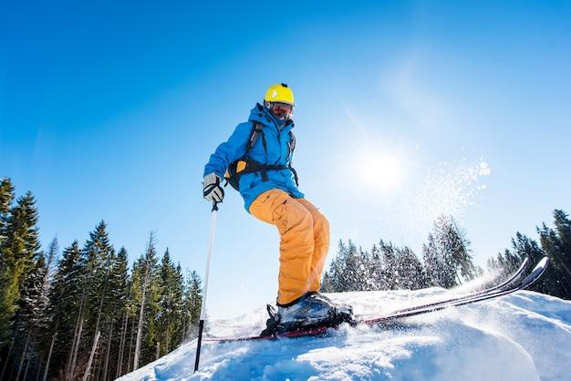Skiër op helling in bergen op winterdag Premium Foto