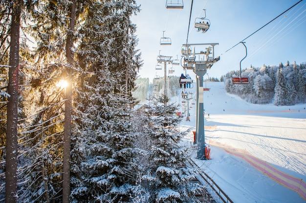 Skiërs op de skilift rijden op skiresort Gratis Foto