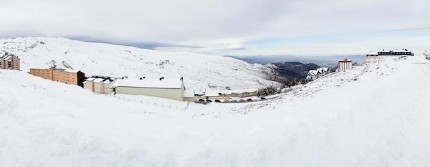 Skigebied van sierra nevada in de winter, vol met sneeuw. Premium Foto