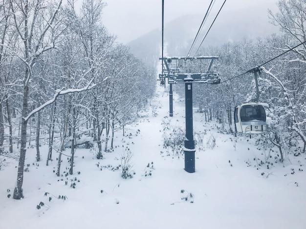 Skilift in skigebied niseko, hokkaido. Premium Foto