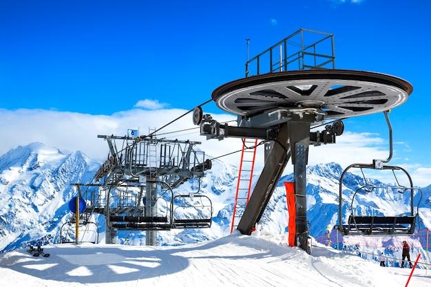 Skiliftstoelen op heldere winterdag Gratis Foto