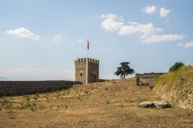 Skopje fort omgeven door gras en bomen onder zonlicht in noord-macedonië Gratis Foto
