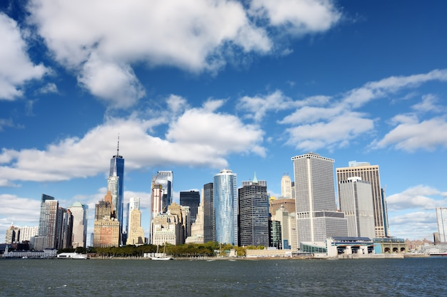 Skyline met beroemde wolkenkrabbers van manhattan en east river. Premium Foto