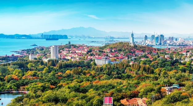 Skyline van architectonisch landschap in de oude binnenstad van qingdao Premium Foto
