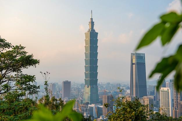 Skyline van de stad van taipeh met 101 toren bij zonsondergang Premium Foto