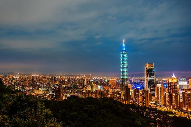 Skyline van taipei stadsgezicht taipei 101 gebouw van taipei financiële stad, taiwan Premium Foto