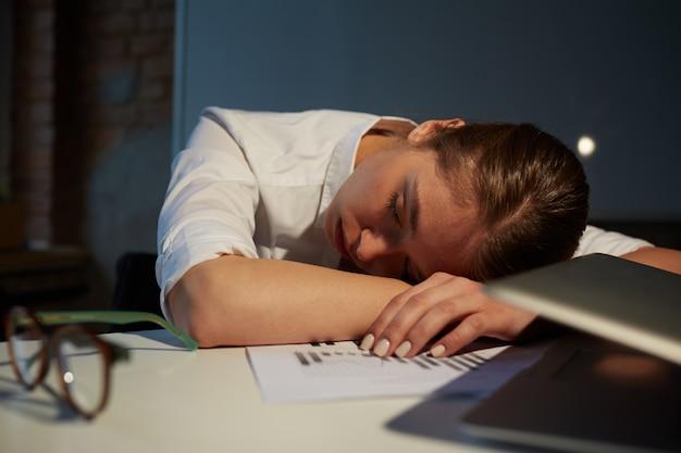 Slaap op kantoor Gratis Foto