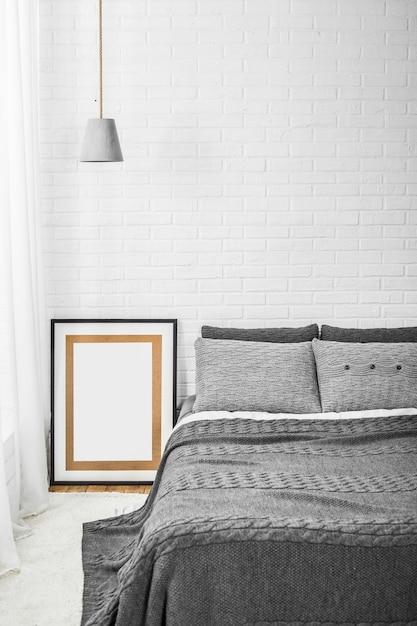 Slaapkamer interieur bed in grijze tinten en kroonluchter decor ...