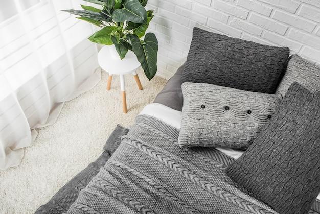 Slaapkamer Interieur Grijs : Slaapkamer interieur bed in grijze tinten met bloem op nachtkastje