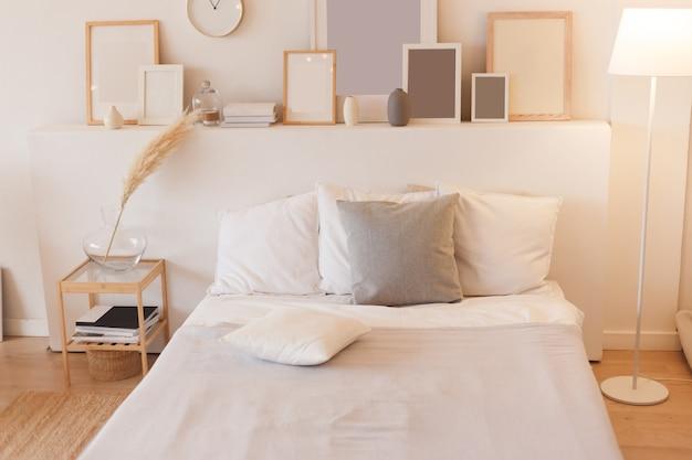 Slaapkamer met ingeschakelde vloerlamp en fotolijsten. Premium Foto