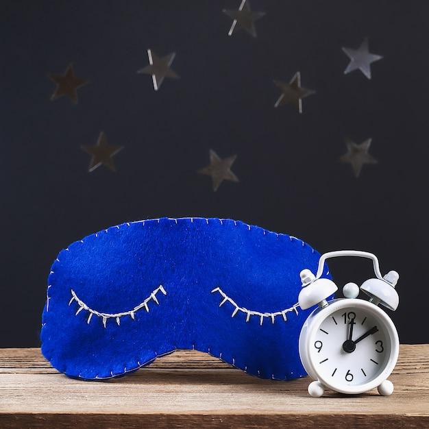 Slaapmasker handgemaakt gemaakt van vilt, sterren op een zwarte achtergrond. Premium Foto