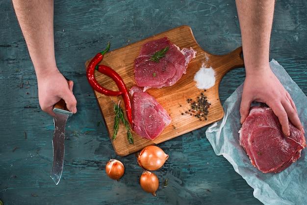 Slager scherp varkensvleesvlees op keuken Gratis Foto