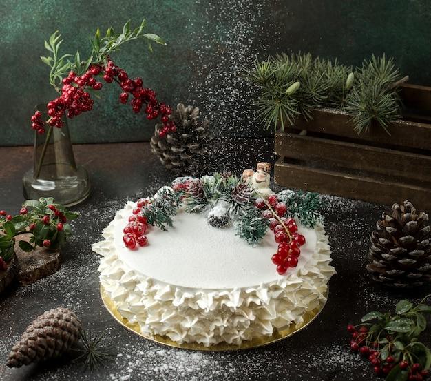 Slagroomtaart met veenbessen op tafel Gratis Foto