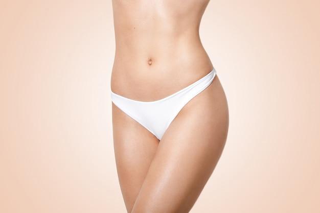 Slanke jonge vrouw met perfecte lichaamsvorm Premium Foto