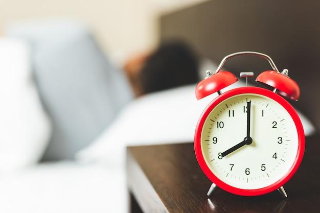 Slapende man met wekker. Premium Foto