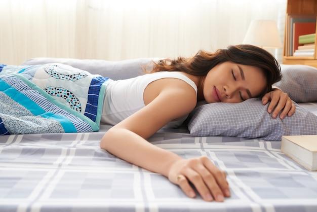 Slapende mooie vrouw Gratis Foto