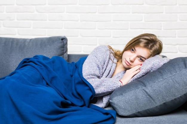 Slapende tiener meisje op de bank Gratis Foto