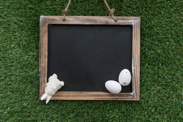 Slate met decoratieve paashaas en eieren Gratis Foto