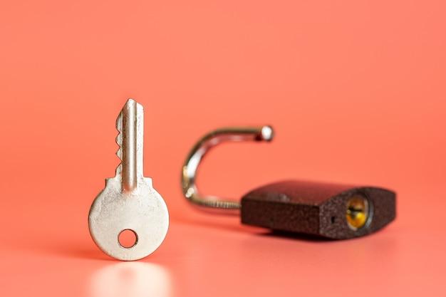 Sleutel en open hangslot beveiliging hacking concept Premium Foto