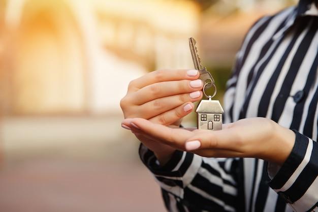 Sleutel tot nieuw huis in de hand Premium Foto