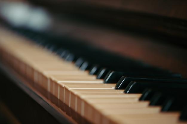 Sleutels van een oude piano in onduidelijk beeld. Premium Foto