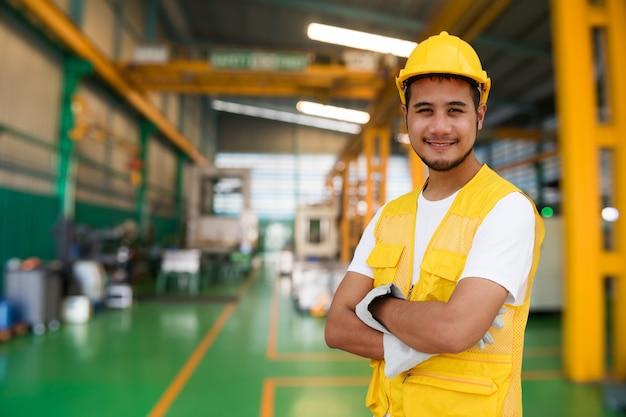 Slimme fabrieksarbeider in uniform Premium Foto