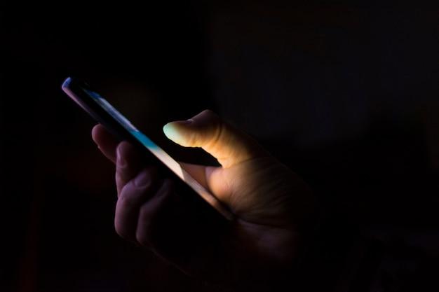 Slimme telefoon in een donker Premium Foto