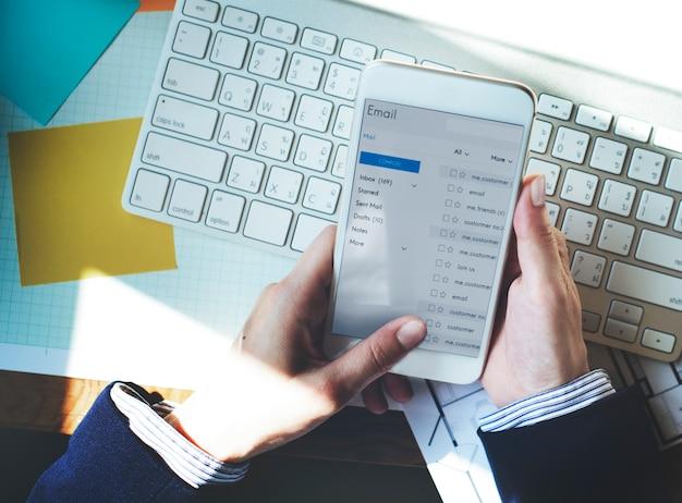 Slimme telefoon met behulp van e-mail online messaging concept Gratis Foto
