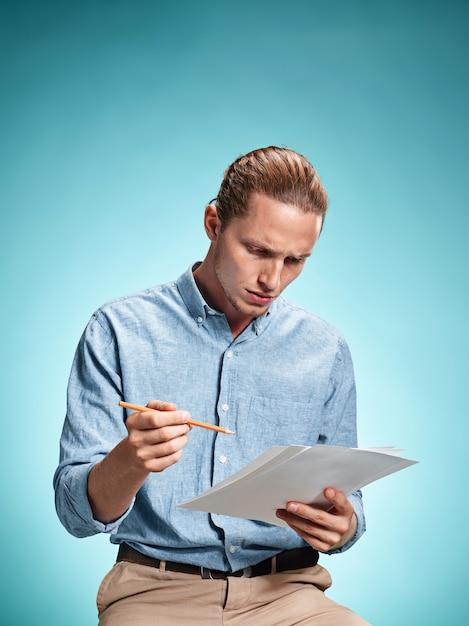Slimme triest student met vellen papier Gratis Foto