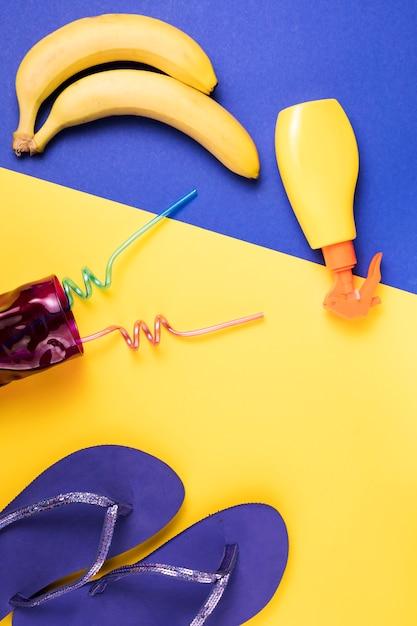 Slippers in de buurt van spray en fruit met glas Gratis Foto