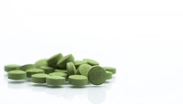 Sluit andrographis-de pillenpillen van paniculata kruidengeneeskunde Premium Foto