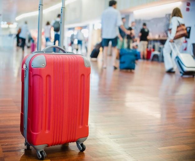 Sluit de bagage op de luchthaven af Premium Foto