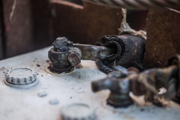 Sluit de oude accu van de auto aan Gratis Foto