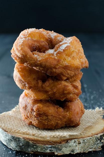 Sluit een stapel zoete donuts Premium Foto